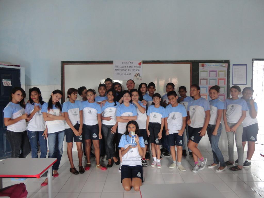 Glória Hamelak e seus alunos da EM Antônio Mendes